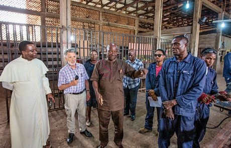 Hugo Ölz in einer Fabrik in Nigeria
