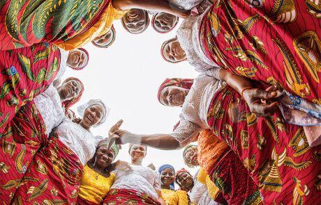 Frauen in traditioneller Kleidung in Nigeria