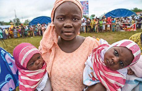 Mutter mit Zwillingsmädchen