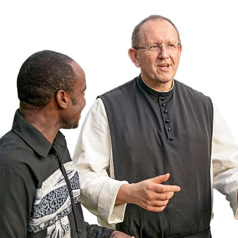 Pater Karl Wallner im Gespräch mit einem Mann