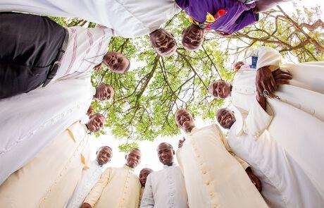 Viele Priester aus Tansania