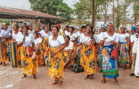 Tanzende Frauen in traditioneller Kleidung