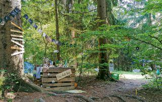 Liebevoll dekorierte Plätze im Wald luden zum Verweilen ein.