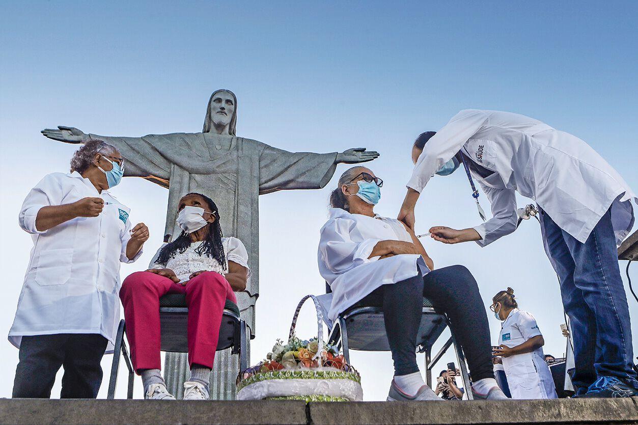 Impfen bei der Statue von Christus in Rio de Janeiro