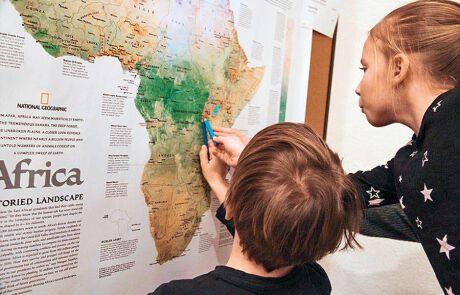Kinder mit Weltkarte