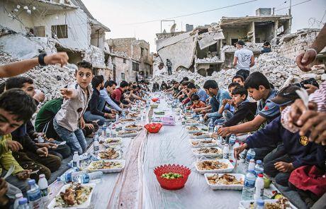 Ein Mahl inmitten der Zerstörung – in Syrien heute keine Seltenheit.