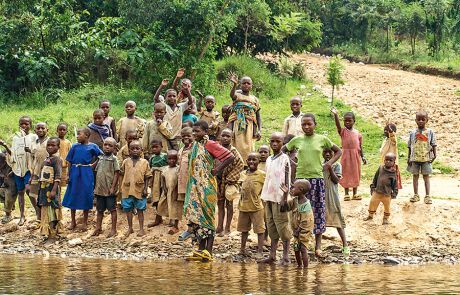 Menschen an einem Fluss