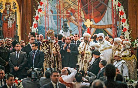 Ägyptens Staatschef Al-Sisi versucht das auch und feiert gemeinsam mit den Kopten in Kairo Weihnachten.