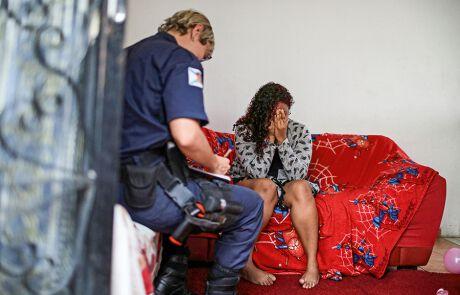 Frauen leiden mehr unter häuslicher Gewalt seit der COVID-19 Pandemie