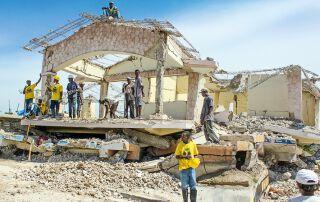Der Wiederaufbau steht unter einem schlechten Vorzeichen. Obwohl westliche Staaten und große NGOs nach dem Erdbeben hohe Geldbeträge zusagten, kam nur wenig davon auf Haiti an.