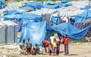 Viele Menschen, die alles verloren haben, mussten über Jahre in Behelfslagern vegetieren