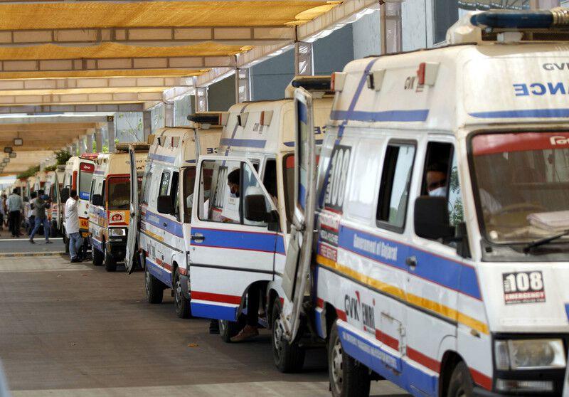 Rettungswägen stehen Schlange vor einem Krankenhaus