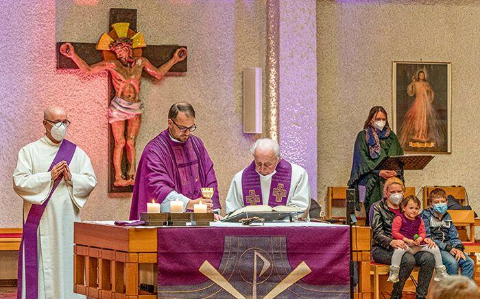 Altpfarrer Franz Lang bei einer Messe