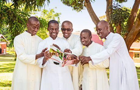 Gruppe von Priestern, die die allewelt lesen